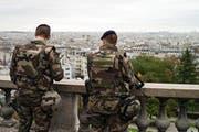 Polizisten patrouillieren beim Sacre Coeur in Paris. (Bild: EPA / Yoan Valat)