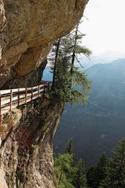 Die Wanderung entlang der Bisse du Ro ist etwas für schwindelfreie Personen, denn der Weg klebt streckenweise an senkrechten Felswänden. (Bild: Martin Knoepfel)