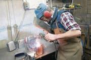 Der Kunsthandwerker Gusti Zurfluh beim Schweissen einer Treichel. (Bild: Christof Hirtler (Isenthal, 28. Februar 2017))