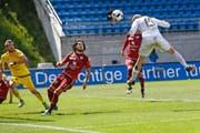 Vaduz-Goalie Peter Jehle (links) und Levent Gülen scheinen das bevorstehende Ungemach zu erahnen: FCL-Matchwinner Marco Schneuwly entscheidet mit diesem Kopfball in der 86. Minute die Partie. (Bild: EQ/Marc Schumacher)