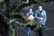 Sie wollen die Geschichten der Zuger einfangen: Dokumentarfilmer Remo Hegglin (links) und Journalist Beat Holdener. (Bild: Werner Schelbert / Neue ZZ)