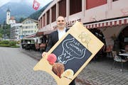 «Bei mir sind alle willkommen – auch Schweizer», sagt Ussi Talib. Die Tafel ist das Corpus delicti. (Bild Elias Bricker)