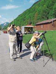 Besucher nehmen beim Beobachtungsposten Vögel ins Visier. (Bild: PD)