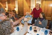 Albert Dreyfuss verteilt Challa, geflochtenes Brot, mit dem eine jüdische Mahlzeit begonnen wird. (Bild: Edi Ettlin (Stans, 6. November 2017))