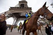 Polizisten patrouillieren vor dem Eifelturm in Paris. (Bild: AP / Peter Dejong)