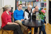 Ein echter Familienbetrieb: Claudia Dillier, Alban Dillier, Doris Mennel-Dillier und Geri Dillier (von links) in den Räumen ihrer Buchhandlung. (Bild: PD)