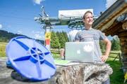 Mit «Tellerli» und Computer: Manuel von Flüe an seinem künftigen Arbeitsort, dem Skilift Langis. (Bild: Christoph Riebli / Neue OZ)