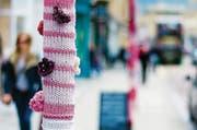 Sanfte Revolution «Guerilla Knitting»: Strickpullover für Bäume verschönern das Strassenbild. (Bild: Ian Redding/Getty)