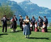 Die Verbandspräsidentin der Urner Trachten Martha Zwyssig (vorne) freut sich mit den Urner Trachtenleuten auf das grosse Jubiläumsfest.Bild: Franz Imholz (Bild: (Flüelen, April 2017))