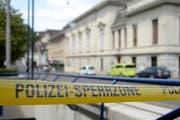 Der Steinenberg in der Innenstadt von Basel ist nach einer Bombendrohung mit Polizeibändern abgesperrt. (Bild: Keystone / Georgios Kefalas)
