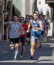 Unterwegs in den Altstadtgassen von Zug: der 29-jährige Sprinter Tobias Furer (rechts). (Bild: Hanspeter Roos (Zug, 1. April 2017))