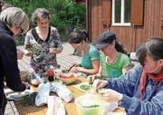 Während die einen Wildkräuter fürs Essen vorbereiten, nehmen andere beim Beobachtungsposten Vögel ins Visier. (Bild: PD)