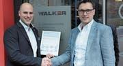 Patrick Müller (links) von der Walker Stahl- und Metallbau AG mit dem Silener Gemeindepräsidenten Hermann Epp. (Bild: Paul Gwerder (Amsteg, 6. April 2018))