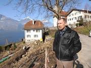 Kirchenratspräsident Peter Schuler vor der Baustelle beim Pfarrhaus, die momentan viel zu reden gibt. (Bild Urs Hanhart)
