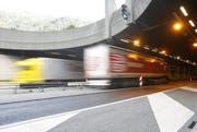 Werden die Güter zukünftig anstelle mit Lastwagen per Bahn durch den Gotthard-Tunnel transportiert? Die Diskussion darüber, ob eine zweite Röhre notwendig ist, hält an. (Bild: Keystone / Urs Flüeler)