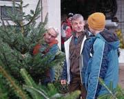 Edy Halter (Mitte), ab Januar Betriebsleiter der Fageb, im Gespräch mit Paul Gander (links) und Sohn Elmar, die einen Christbaum gekauft haben. (Bild: Richard Greuter (Beckenried, 16. Januar 2017))