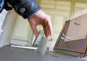 Blick ins Abstimmungsbüro. Auch in Zukunft muss, wer gewählt wird, ein Amt auch antreten. (Bild: Keystone/Peter Klaunzer)