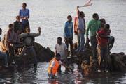 Der Wasserweg nach Ceuta ist schon länger bekannt: Diese Flüchtlinge sind im Dezember 2011 schwimmend in die spanische Exklave gelangt. (Bild: Keystone)