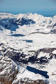 Dereinst für Winter- und Sommersportler besser verbunden? Blick vom Titlis über Engstlenalp- und Tannalpsee zur Melchsee-Frutt (oben im Bild). (Bild: Markus von Rotz)