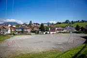 Auf diesem Gelände neben der Talstation der Gondelbahn Emmetten–Stockhütte sind Überbauungen geplant. (Bild Corinne Glanzmann)