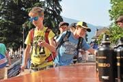 Oben: Schülerinnen aus Silenen besuchen den China-Pavillon. Unten: der Erstfelder Lehrer Cédric Progin und drei Schüler an der Expo. (Bilder Anian Heierli)
