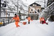 Die Schneeräumung in Göschenen fordert die Arbeiter. (Bild: Valentin Luthiger (Göschenen, 22. Januar 2018))