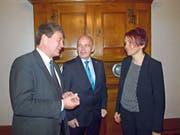 Bundesrat Ueli Maurer (Mitte) als Wahlgötti für die beiden Nidwaldner Regierungsratskandidaten Res Schmid und Michèle Blöchliger. (Bild Kurt Liembd (Stans, 16. Fabruar 2018))