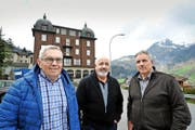 Vor dem Haus St. Josef (von links): die drei Lungerer Investoren Bruno Birrer, Joe Zumstein und Hugo Imfeld. (Bilder Christoph Riebli)