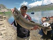 Ueli Fankhauser aus Luzern fing den gut 9 Kilo schweren und 94 Zentimeter langen Kanadischen Seesaibling. (Bild: PD)