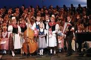 Die Geschwister Petra Vogler (ganz links) und Andrea Rohrer (Zweite von rechts) an der grossen Gala des «Swiss Singing and Yodeling Festival» in Kalifornien. Zudem von links: Fabienne Vogler (Kontrabass), Stefanie Rohrer, mit Fähnchen Liliane Rohrer, Mario Rohrer und ganz rechts Daniel Vogler am Akkordeon. (Bild: PD)