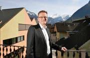 Conrad Wagner auf der Terrasse seiner Wohnung mitten in Stans. (Bild Corinne Glanzmann)