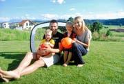Die Familie Felber: Roger mit Ehefrau Jessica und den beiden Kindern Yaro (Dortmund-Leibchen) und Dean (Barcelona-Leibchen). (Bild: Michael Wyss)