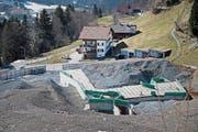 So präsentierte sich die verwaiste Baustelle im Frühjahr. Derzeit liegt Schnee in Engelberg. (Bild: Corinne Glanzmann (14. März 2017))