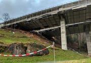 Die Rottannenstrasse unter der A4 wurde gesperrt. Am Boden Verschalungselemente der Baustelle. (Bild: Geri Holdener, Bote der Urschweiz)