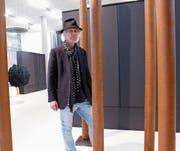 Étienne Krähenbühls Skulpturen wirken trotz des schweren Materials leicht und geschmeidig. (Bild: Werner Schelbert (Zug, 24. August 2017))