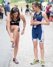 Nicola Spirig (links) gibt Marlena Jurt Tipps mit auf den Weg. (Bild: Nadia Schärli (Sarnen, 24. Juni 2017))