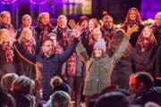 """Nik Hartmann und Annina Campell, inmitten des """"Chor von Stans"""" verabschieden sich vom Publikum. (Bild: André A. Niederberger (Stans, 25. November 2017))"""