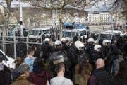 Polizisten sichern den Bereich rund um den Bürkliplatz. (Bild: Ennio Leanza / Keystone (Zürich, 19. März 2017))