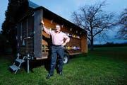 Der Vereinspräsident Friedrich Arnet in Steinhausen vor einem seiner vielen Bienenhäuser. (Bild: Stefan Kaiser / Neue ZZ)