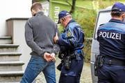 19. Oktober 2015: Sasa Sindelic wird von der Polizei ins Altdorfer Rathaus gebracht. Dort findet der Berufungsprozess im Fall Ignaz Walker statt. (Bild: Keystone/Alexandra Wey)