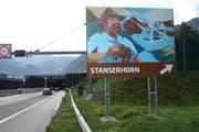 Die erste der acht touristischen Autobahntafeln steht in Stansstad und weist auf das Stanserhorn hin. (Bild: Kurt Liembd (31. Juli 2017))