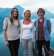 Betreuen neu die Gäste im Tourismusbüro: Daniela Amstad (links) und Margrith Durrer (rechts). Margrit Goldiger (Mitte) feiert das 30-jährige Dienstjubiläum. (Bild: Rosmarie Berlinger (12. April 2017))