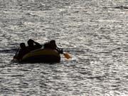 Migranten versuchen, auf einem Schlauchboot die Küste zu erreichen (Archiv). (Bild: /AP/PETROS GIANNAKOURIS)