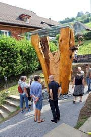 Die Skulptur erinnert in ihren Dimensionen an die alte Kehrsiter Linde. (Bild Roland Hügi)