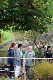 Leoni Kathriner (links) und Dana Sonnenberg (rechts) beim Spaziergang mit Heimbewohnerin Anna Bieri und Pflegehelferin Beate Gasser.