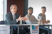 Der irische Botschafter Breifne O'Reilly (links) im Gespräch mit den Schülern Shivabaran Mathyiaparanam und Ernard Kuldija (rechts). (Bild Corinne Glanzmann)
