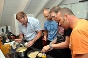 Männerkochclub aus Stans: Koni Bolliger, Roman Stocker, Peach Christen und Marco Stocker arbeiten zusammen in der Küche. (Bild: Oliver Mattmann / Neue NZ)