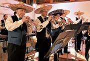 Der Liederwunsch von Michèle Fallegger aus Chile sorgte dafür, dass fünf Akteure kurzerhand mit Sombreros auf dem Kopf ihren Solopart spielten. (Bild: Romano Cuonz (Alpnach, 21. April 2017))