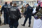 Mit einer zumindest fragwürdigen Verkelidung wollte dieser mit einem «Red Bull Sprengürtel» ausgerüstete Scheich am Karnevalsumzug in Braunschweig teilnehmen. (Bild: EPA)