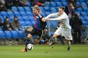 Basels Birkir Bjarnason (links) rennt vor seinem 1:0-Treffer Luzerns François Affolter davon. (Bild: Freshfocus/Daniela Frutiger)